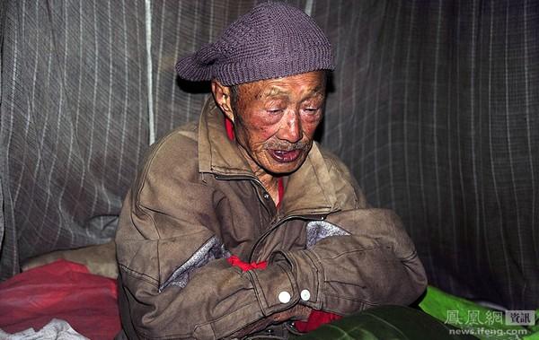 Его зовут Ван Фэйхуан. Он бывший военный, командир батальона в звании подполковник. Во время Второй мировой войны участвовал в четырёх крупных сражениях. Имеет ранение левой руки. Во время «Культурной революции» был вынужден бежать от преследований из своей родной деревни, и все остальные годы жил со своей семьё без прописки. Волонтёрам, которые периодически приносят ему еду, он постоянно говорит, что очень любит свою страну и очень благодарен правительству и партии. Фото: Сунь Чунлун