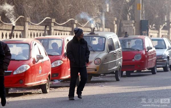 Так как внутри трёхколёсных мотоциклов с кузовом не предусмотрен обогрев, находчивые перевозчики оборудовали их угольными печами, чтобы было комфортней перевозить пассажиров зимой. Фото: Чен Сэ