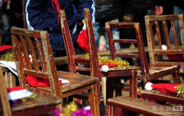 Группа активистов-добровольцев из города Чжучжоу провинции Хунань посетила бедную деревенскую школу в деревне Сянцзин и подарила 152 её ученикам на Новый год ранцы, школьные принадлежности и другие подарки. 25 декабря 2011 год. Фото: Бо Вэй