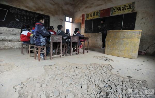 Один из классов построенной в 60-х годах школы, в которой учатся 102 школьника. В школе даже нет электричества. Из-за недостатка государственного финансирования, нет средств на ремонт этого полуразрушенного здания. Посёлок Цяотан провинции Цзянси. Фото с news.ifeng.com
