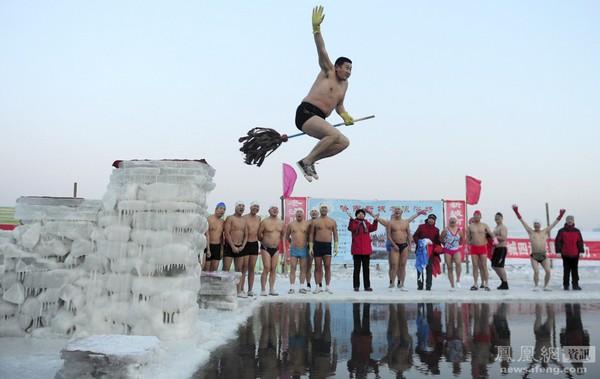 Китайский «морж» таким необычным способом ныряет в ледяную воду. Город Харбин провинции Хэйлунцзян. 26 декабря 2011 год. Фото: Sheng Li
