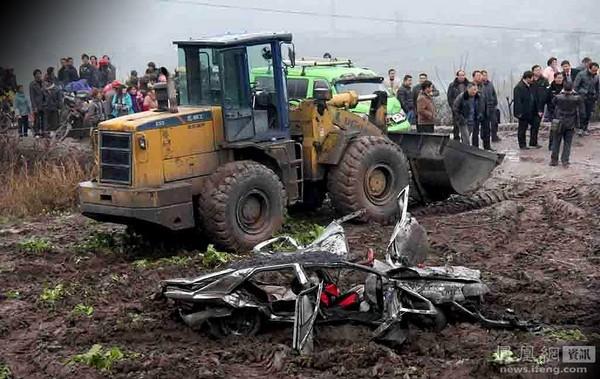 Автомобиль после аварии, в которой погибло 6 человек. Уезд Чженьсюн провинции Юньнань. 19 декабря 2011 год. Фото: Бай Гэ