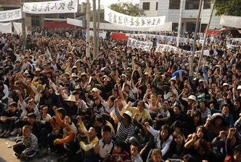 Крестьяне выгнали из деревни чиновников и установили самоуправление. Деревня Укань провинции Гуандун. Декабрь 2011 год. Фото: STF: PETER PARKS / AFP ImageForum