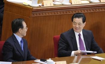 Вэнь Цзябао (слева) и Ху Цзиньтао одерживают победу над кликой Цзян Цзэминя. Фото: AFP