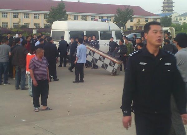Полицейские забирают тело погибшей женщины. Провинция Хунань. Апрель 2012 год. Фото с molihua.org