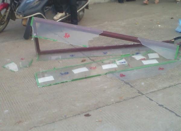 Остатки разбитого полицейскими гроба. Провинция Хунань. Апрель 2012 год. Фото с molihua.org