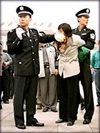 Китайские полицейские арестовывают сторонницу Фалуньгун. Фото с minghui.org