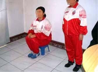 В местах заключения в Китае сторонников Фалуньгун часто заставляют по многу часов сидеть или стоять не шевелясь и смотреть или слушать пропаганду компартии против Фалуньгун. На фото инсценировка. Фото: minghui.org