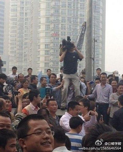 Западного корреспондента тепло встретили участники протеста в городе Нинбо. Октябрь 2012 года. Фото с epochtimes.com
