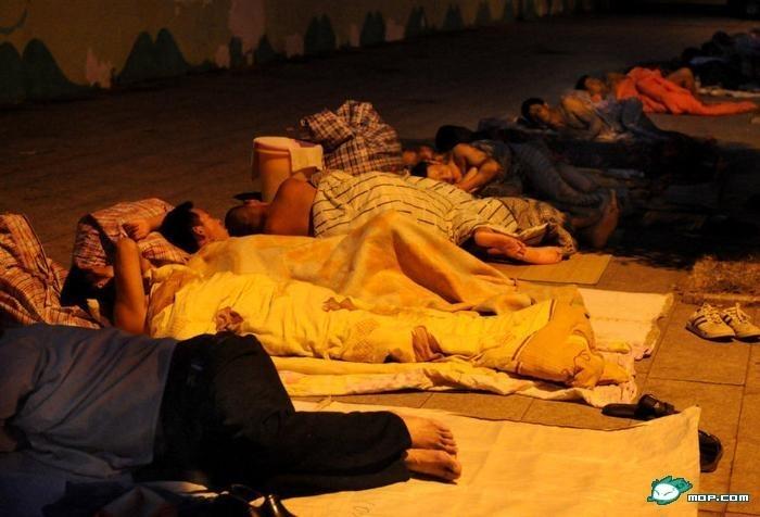 Уволенные рабочие-мигранты спят живут прямо на улице. Город Вэньчжоу. Июль 2012 год. Фото с epochtimes.com