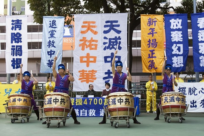 Надпись на плакате и барабанах: «Небо уничтожит компартию Китая», «Небо сохранит китайскую нацию». Гонконг. 2009 год. Фото: The Epoch Times