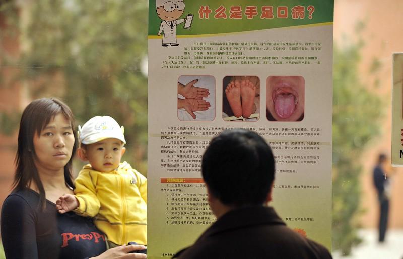 В прошлом году синдром HFMD («рука, нога, рот») унёс жизни более 500 китайских детей. Фото: PETER PARKS/AFP/Getty Images