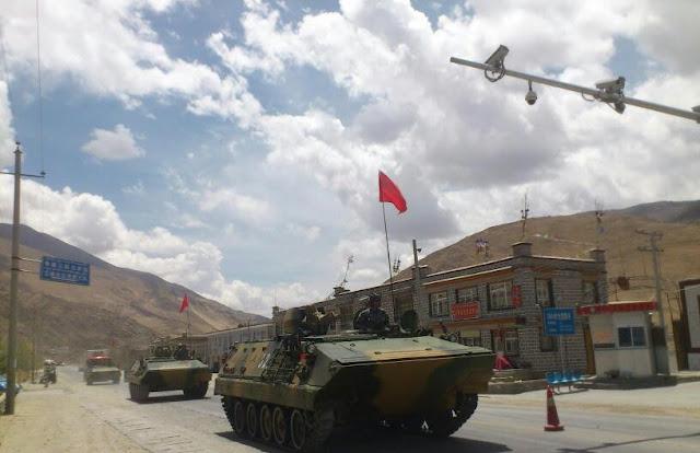 На улицах Лхасы, которая названа правительством «самым счастливым городом Китая». Июнь 2012 год. Фото с epochtimes.com