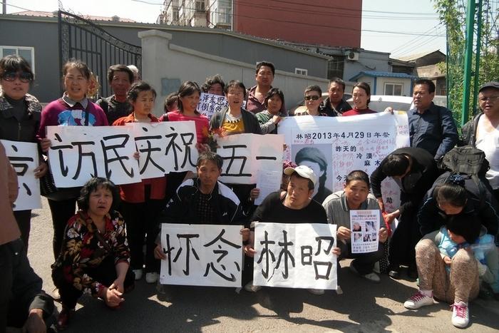 Китайские петиционеры в пекинском районе Наньчжан требуют защиты своих прав. Пекин. Май 2013 год. Фото с epochtimes.com