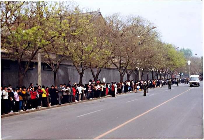 Более 10 тысяч последователей Фалуньгун приехали в Пекин с апелляцией к правительству. 25 апреля 1999 год. Фото с minghui.org