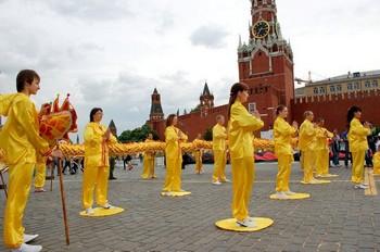 Российские последователи Фалуньгун выполняют упражнения на Красной Площади в Москве. 27 мая 2012 год. Фото: Великая Эпоха (The Epoch Times)