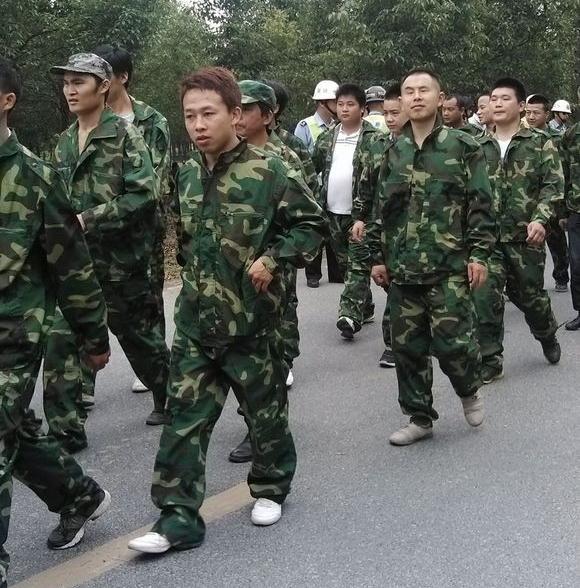 Бандиты, нанятые чиновниками для подавления протеста крестьян. Провинция Чжэцзян. Июнь 2013 года. Фото с epochtimes.com