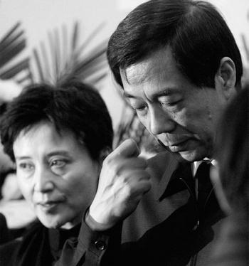 Бо Силай и его жена Гу Кайлан, которые в настоящее время находятся под следствием. Фото с epochtimes.com