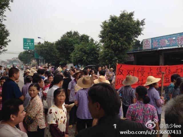 Крестьяне протестую против отъёма чиновниками земли. Провинция Гуандун. Май 2013 года. Фото с molihua.org