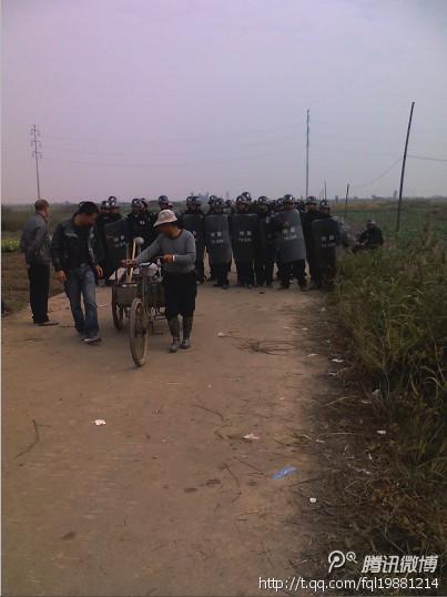Столкновение крестьян с полицией. Деревня Фанбэй провинции Чжэцзян. Ноябрь 2012 года. Фото с  molihua.org