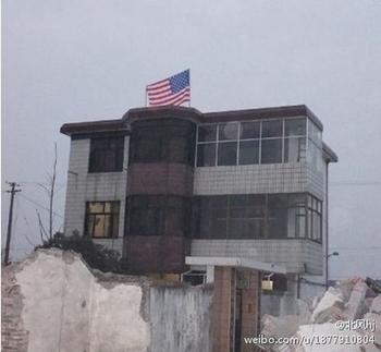 Чтобы спасти дом от сноса, китаец вывесил на нём американский флаг. Январь 2013 года. Фото с epochtimes.com