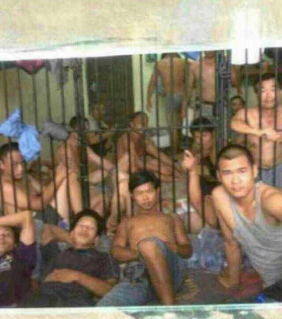 Задержанные китайские нелегалы ожидают депортации из Ганы. Июнь 2013 года. Фото с molihua.org