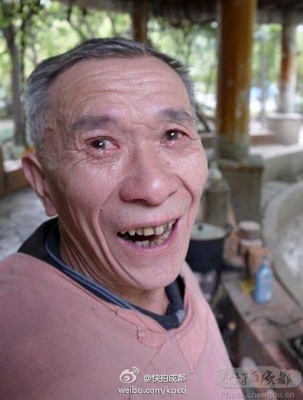 Довольный клиент после очистки глаз древним способом с помощью обычного ножа. Фото с epochtimes.com