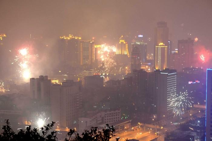 Город Гуйян. Масштабное сжигание пиротехники ещё больше ухудшило качество воздуха. 9 февраля 2013 года. Фото с epochtimes.com