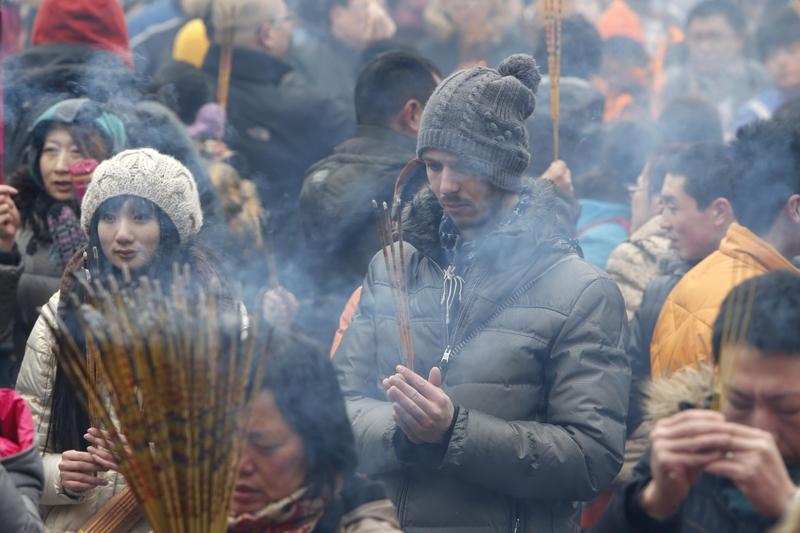 Храм «Юнхэгун» в Пекине. В первый день традиционного Нового года китайцы отправились в храмы попросить у богов счастья и благополучия. Февраль 2013 года. Фото с epochtimes.com