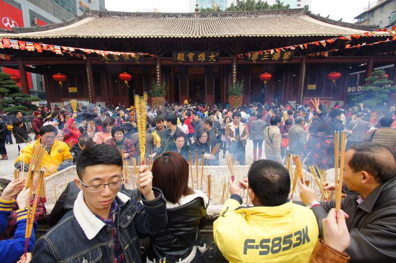 Храм большого Будды в городе Гуанчжоу. В первый день китайского Нового года китайцы отправились в храмы попросить у богов счастья и благополучия. Февраль 2013 года. Фото с epochtimes.com