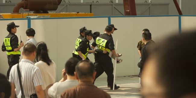 Полицейские избили и забрали Хуан Вэньсюня за призывы к свержению коммунистического режима. Город Шэньчжэнь. Март 2013 года. Фото с epochtimes.com