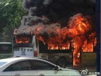 За два дня в городе Ухане из-за жары произошло более 10 самовозгораний общественного транспорта. Июнь 2013 года. Фото с epochtimes.com