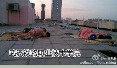 Студенты вузов из-за жары спят на крышах общежитий. Город Ухань. Июнь 2013 года. Фото с epochtimes.com