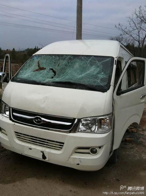 Разбитый камнями полицейский микроавтобус. Столкновения крестьян с полицией в провинции Цзянси. Февраль 2013 года. Фото с epochtimes.com