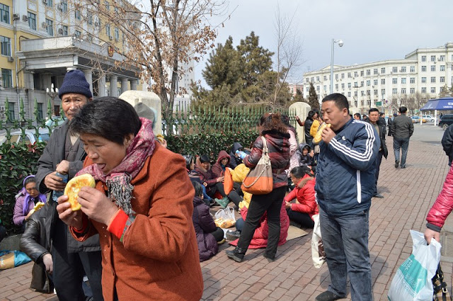 Крестьяне протестуют против отъема чиновниками земли. Провинция Хэйлунцзян. Апрель 2013 год. Фото с molihua.org