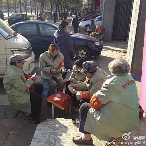 В дни съезда в Пекине добровольцы-дружинники следят, чтобы на улицах не появились представители «реакционных сил». Фото с epochtimes.com