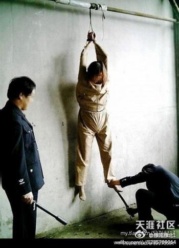 Одна из многочисленных пыток, которые применяют к заключённым в лагере Масаньцзя. Фото с epochtimes.com
