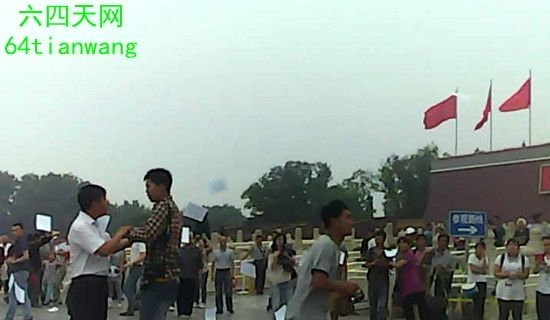 Петиционеры разбрасывают листовки на площади Тяньаньмэнь. Пекин. Июнь 2013 года. Фото: 64tianwang.com