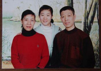 Лю Цзюньчень со своими родителями. Фото с secretchina.com