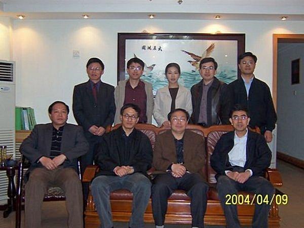 Чэнь Юбан (на заднем ряду крайний справа) среди чиновников. Секретарь парткома уезда Шитай провинции Аньхой по имени Чжан Сялинь, будучи в Пекине, организовал встречу со своими земляками-чиновниками. Фото с сайта отдела связи правительства города Чичжоу в Пекине.