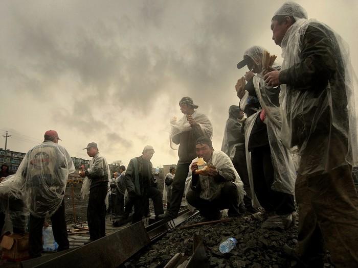 Китайские рабочие-мигранты обедают. Фото: Чэн Шаохуа