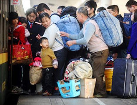Китайцы массово едут домой встречать Новый год. 2013 год. Фото с epochtimes.com