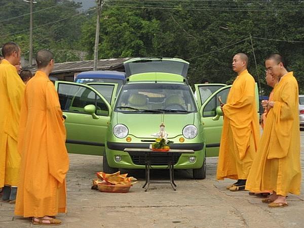 Коммерциализация религии в Китае. Монахи освящают автомобиль. Храм Цзиньмин в провинции Гуандун. Фото с epochtimes.com