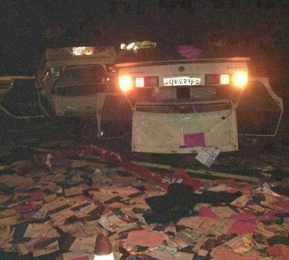 Крестьяне перевернули и разбили полицейские автомобили. Провинция Гуйчжоу. Май 2013 год. Фото с epochtimes.com