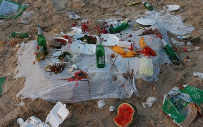 Десятки тонн мусора оставили после себя отдыхающие за одну ночь. Остров Хайнань. Октябрь 2012 год. Фото с epochtimes.com