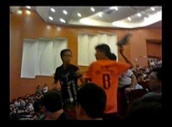Один из студентов прямо на лекции метнул туфлю в известного коммунистического пропагандиста Сы Мананя