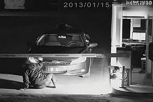 Сотрудник парковки упал от испуга, увидев «призрака»-водителя