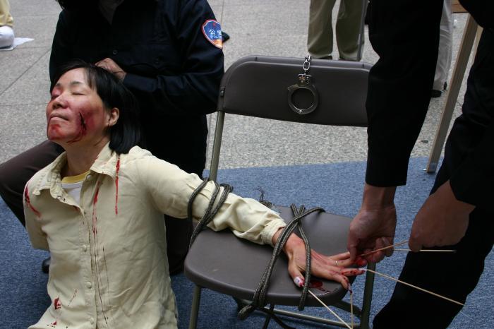 Примерно так выглядит то, что описала в своём письме Жэнь Суин. На фото инсценировка методов пыток, применяемых в Китае к сторонникам Фалуньгун. Фото с minghui.org