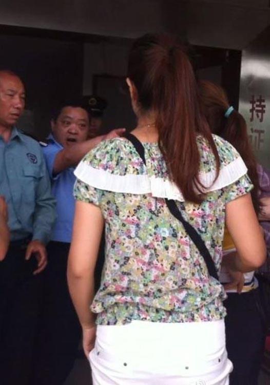 После публикации этих фотографий в Интернете, китайского полицейского сняли с должности и заставили извиниться. Фото с epochtimes.com