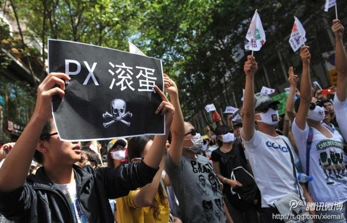 Участники протестов в городе Куньмине провинции Юньнань используют марлевые повязки. Май 2013 года. Фото с epochtimes.com